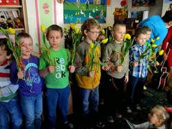 Przedszkolaki wręczyły paniom i dziewczynkom tulipany