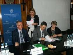 Wójt gminy Rafał Kowalczyk podczas podpisywania umowy z wojewodą mazowieckim Jackiem Kozłowskim