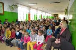 Uczniowie z ZPPO w Broku z zaciekawieniem oglądali przedstawiany spektakl