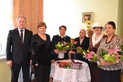 Z okazji Dnia Kobiet obecnym na spotkaniu paniom wręczono kwiaty