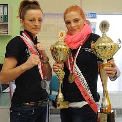 Od lewej: Żaneta Cieśla i Sandra Kruk z trofeami wywalczonymi w Grudziądzu