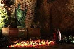 Pomnik Jana Pawła II przed katedrą