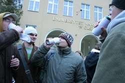 Listopad 2007. Pikieta studentów przeciw zakazowi picia alkoholu w butelkach po godz. 20