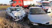 Czołowe zderzenie dwóch renault pod Olsztynem. Trzy osoby ranne