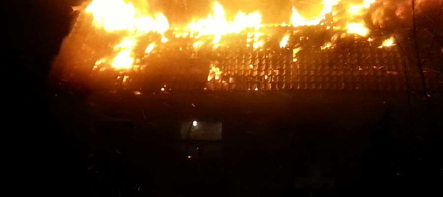 W momencie dojazdu pierwszych jednostek straży pożarnej , ogniem objęta była cała konstrukcja dachu