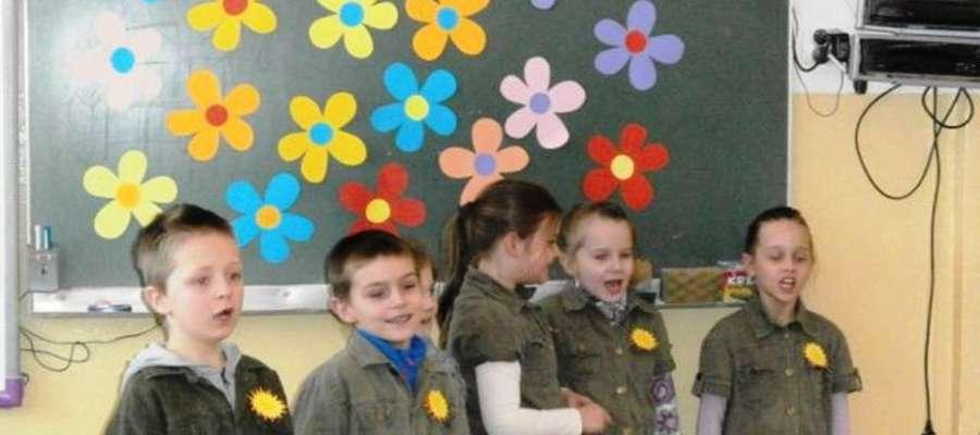 W jednej z sal lekcyjnych zabrzmiały wesołe piosenki o tematyce wiosennej