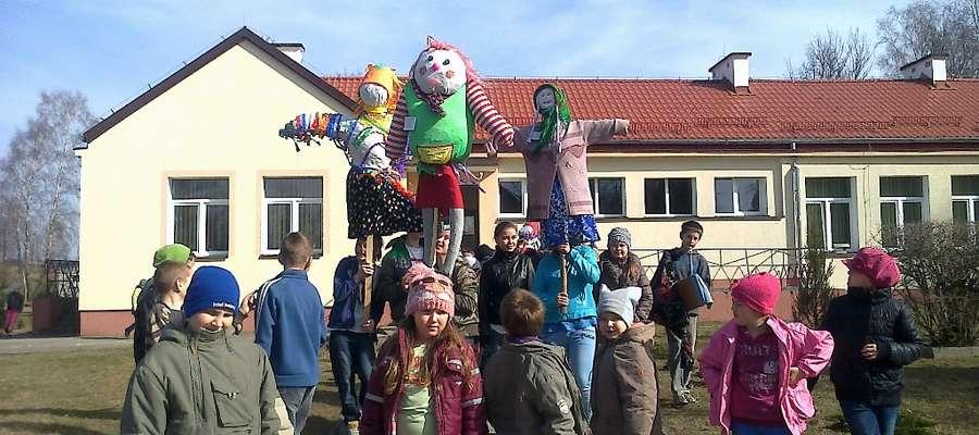 """Kukły """"panny Marzaneczki"""" wykonywane były w grupach przez dzieci z Sawit, Piotrowca, Białczyna i Posad"""