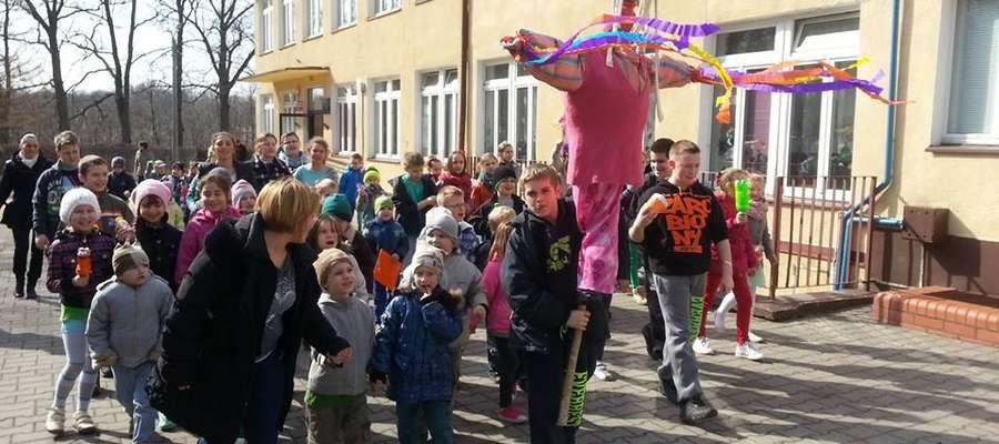 Uczestnicy zabawy wyruszyli barwnym korowodem na plac przed szkołą, by spalić Marzannę, przygotowaną przez dzieci z oddziału przedszkolnego