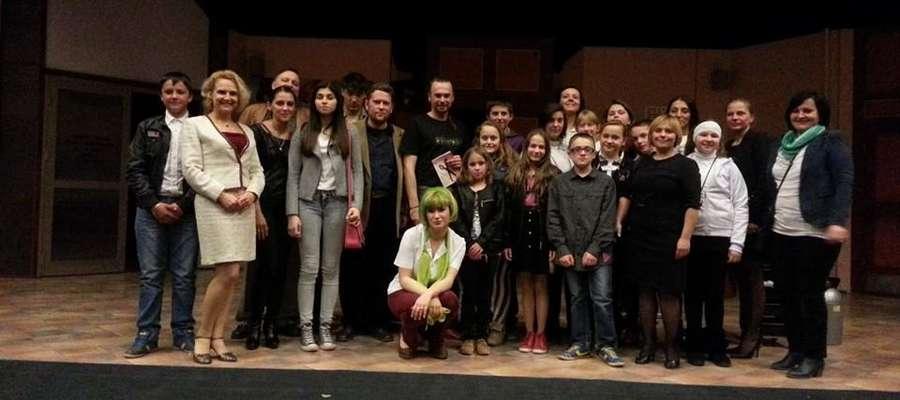 """Po spektaklu grupa ze słobickiej szkoły mogła wejść na scenę, by zrobić sobie pamiątkowe zdjęcie z bohaterami """"Szalonych nożyczek"""""""