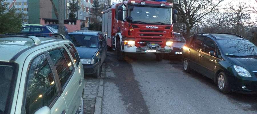 Strażacy mają trudności z szybkim dotarciem na miejsca akcji. W przypadku działań ratujących życie te samochody mogą zostać staranowane przez wóz bojowy strażaków.