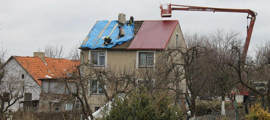 Wczorajsza wichura zerwała fragment blaszanego pokrycia dachu, jednego z domów jednorodzinnych w Bisztynku.