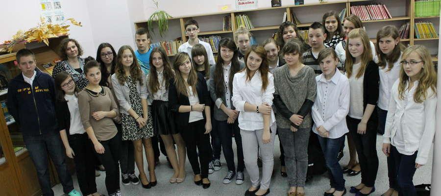 Uczestnicy konkursu pięknego czytania w gimnazjum w Bisztynku.