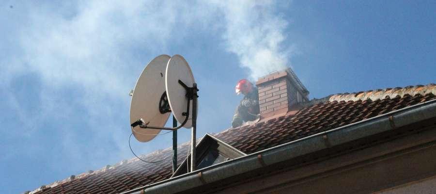 Strażacy gasili sadze płonące w kominie budynku przy ul. Andersa w Bartoszycach.