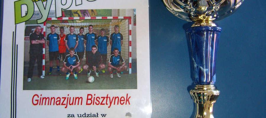 Puchar i dyplom przywieźli halowi piłkarze z gimnazjum w Bisztynku z rozgrywek w Jezioranach.