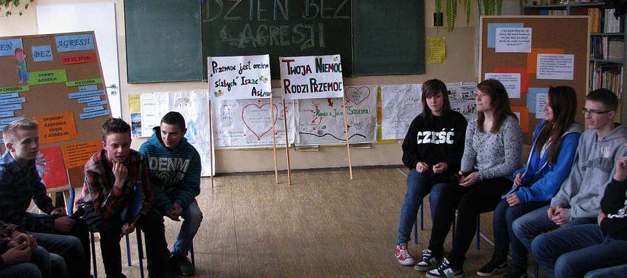 Uczniowie dyskutują jak należy przeciwdziałac agresji.