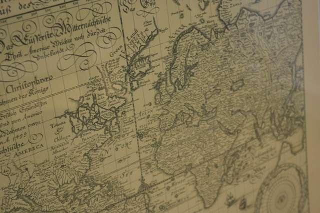 Kopia mapy świata zdobi salę reprezentacyjną ratusza - full image