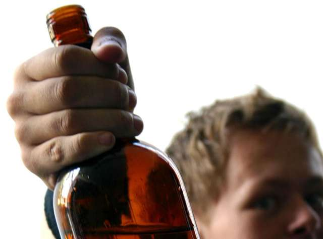 Nieletni piją  i dopuszczają się przestępstw – policja każdego roku odnotowuje wiele takich przypadków - full image