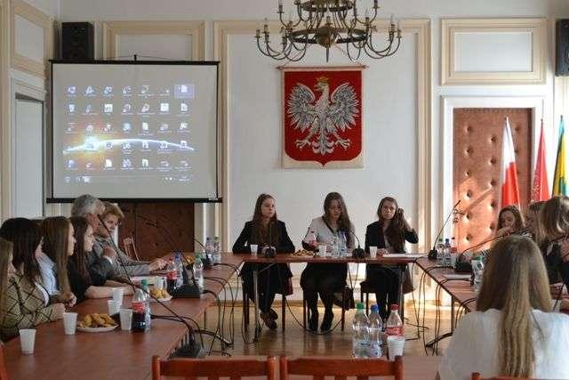 Młodzieżowa Rada Miasta podjęła uchwałę o powołaniu Ostrowskiego Centrum Dialogu Społecznego  - full image