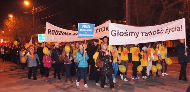 Ostrowianie w marszu głosili radość życia - full image