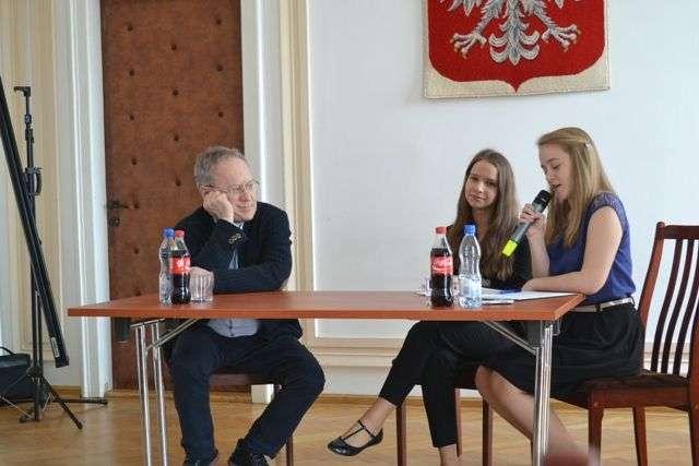 """Ostrowska młodzież miała okazję spotkać się z niecodziennym gościem – reżyserem """"Kamieni na szaniec""""  - full image"""