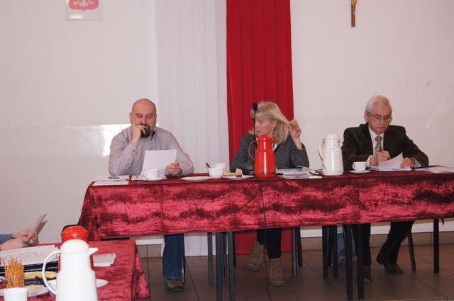 Przewodnicząca rady, Ewa Janik poddała pod głosowanie uchwały zmieniające budżet i WPF - full image