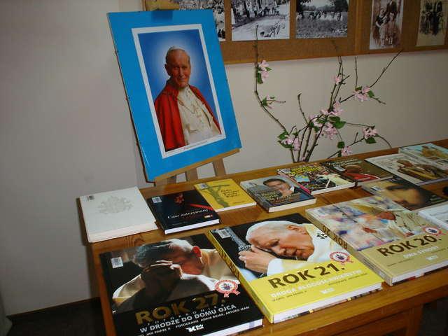 Wystawę poświęconą Janowi Pawłowi II można oglądać w Bibliotece Publicznej Gminy Nur - full image