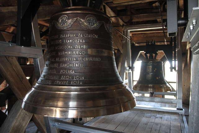 """Nowe dzwony w olsztyńskiej katedrze, na pierwszym planie """"Święty Jan Paweł II Wielki"""", za nim """"Kopernik """".  - full image"""