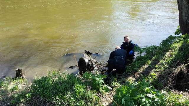 Strażacy wyciągnęli resztki auta na brzeg Łyny.