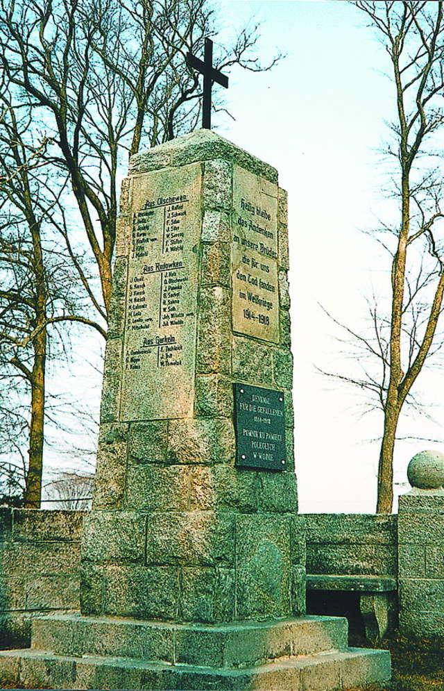 Pomnik poległych w czasie i wojny światowej mieszkańców parafii w Szymonce koło Giżycka.  Na 16 zabitych 10 ma polskie nazwiska. - full image