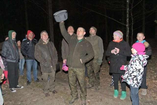 Leśniczy Tomasz Tokarczyk odtwarza z magnetofonu głosy sów. Za chwilę w lesie odezwą się prawdziwe sowy. - full image