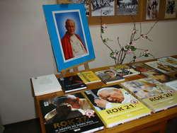 Wystawę poświęconą Janowi Pawłowi II można oglądać w Bibliotece Publicznej Gminy Nur