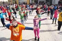 W Tańcu Wielkanocnym w Olsztynie w 2013 roku wzięło udział ok. 100 tancerzy.