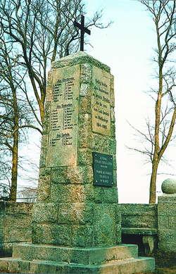 Pomnik poległych w czasie i wojny światowej mieszkańców parafii w Szymonce koło Giżycka.  Na 16 zabitych 10 ma polskie nazwiska.