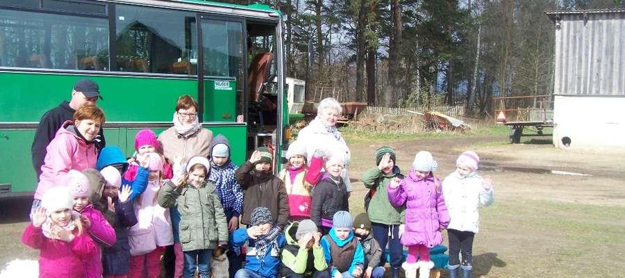 """Dzieci i nauczyciele z grupy 5-6 latków """" Motylki"""" odwiedziły gospodarstwo w Łajsach"""