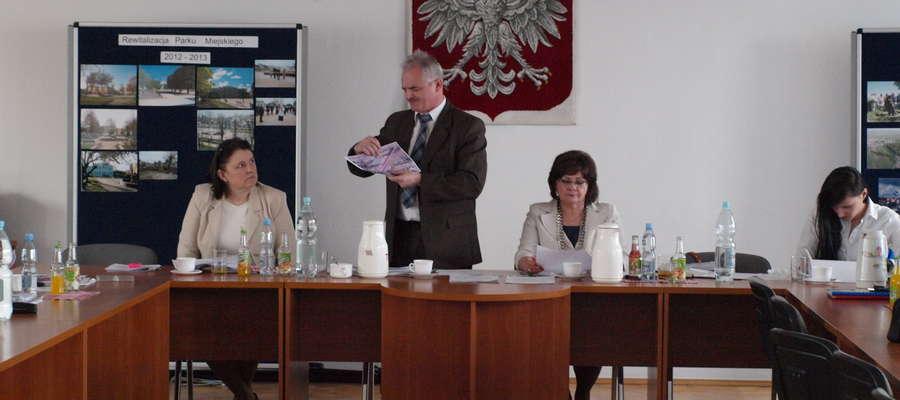 Burmistrz Zbigniew Nosek wyjaśnił radnym, gdzie powstaną wokół stadionu chodniki