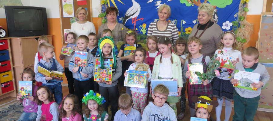 Przedszkolaki i kadra Przedszkola Samorządowego w Lutocinie