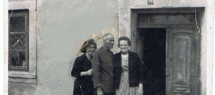 Bolesław w towarzystwie drugiej żony Adeli (stojąca z tyłu) oraz siostry Klary Wojtaszewskiej