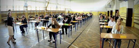 Uczniowie z Gimnazjum nr 1 podczas pisania egzaminu z matematyki