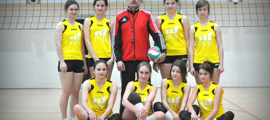 Dziewczyny z LO z trenerem Mariuszem Milewskim