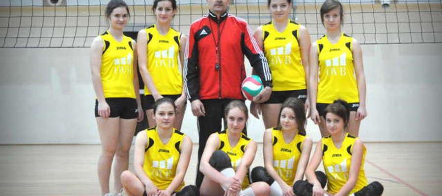 Siatkarki z Liceum z trenerem Mariuszem Milewskim