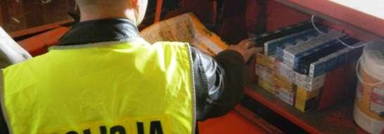 W rolniczej maszynie policjanci znaleźli ponad 400 paczek papierosów