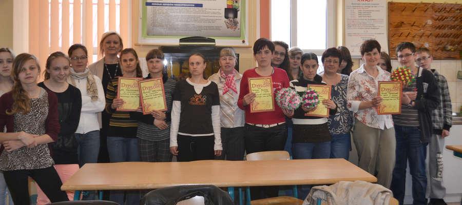 Pamiątkowe zdjęcie z wizyty podopiecznych DPS w gimnazjum w Bisztynku.