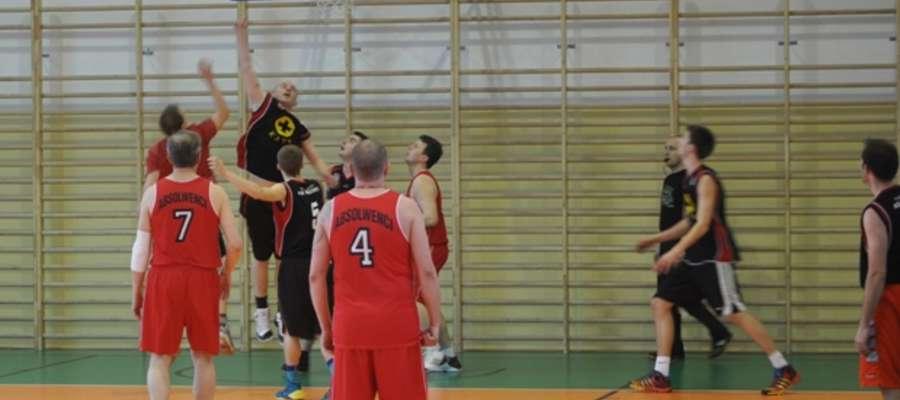 Drużyna Absolwentów zajmuje czwarte miejsce w rozgrywkach Piskiej Ligi Koszykówki