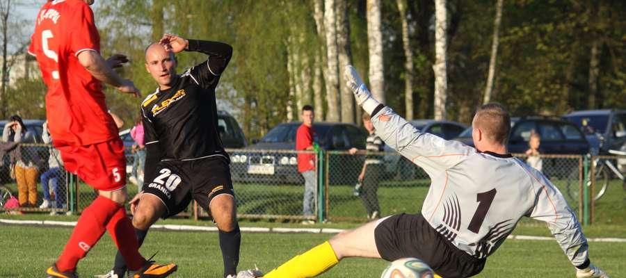 Marcin Kwieciński strzela ostatniego, ósmego gola dla Granicy Bezledy w derbowym meczu z Łyną Sępopol