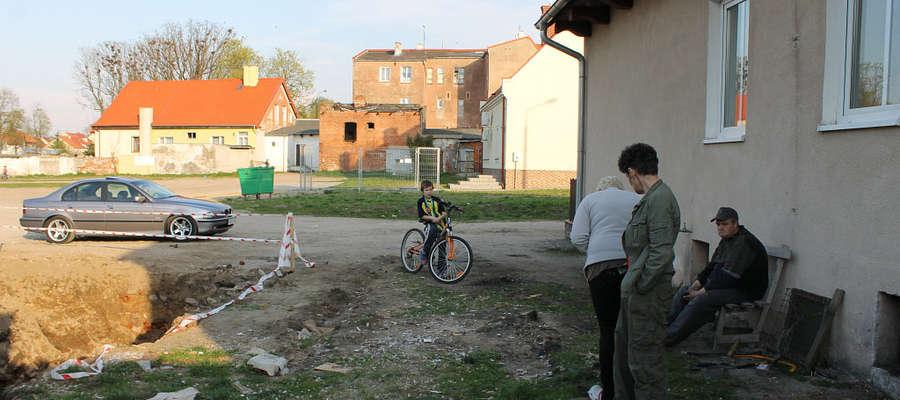 Ściana toalety publicznej stanie w odległości 6,5 metra od okien dwóch mieszkań.