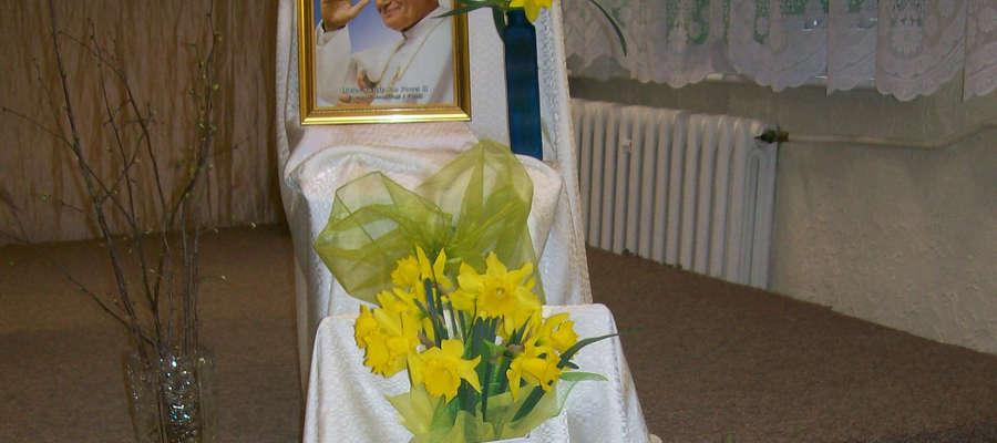 W Domu Kultury w Łabędniku zorganizowano wieczór pamięci o Janie Pawle II.