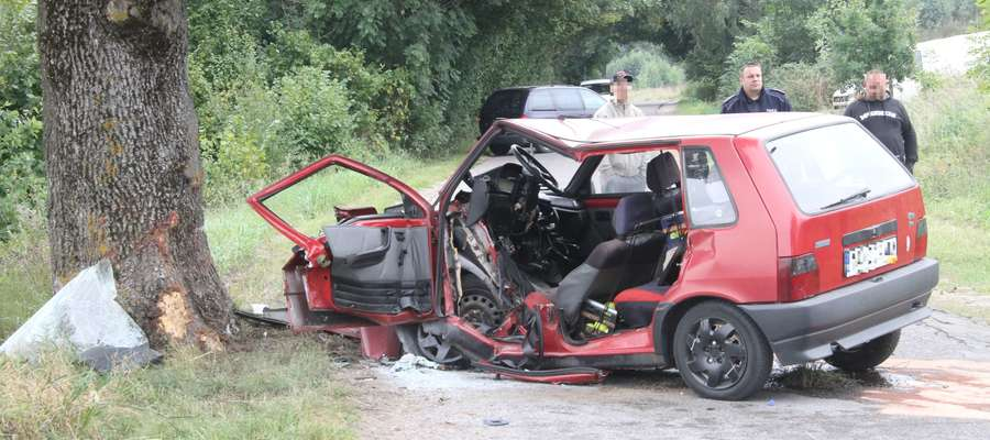 Kierowca fiata uno stracił panowanie nad samochodem i uderzył w przydrożne drzewo na trasie Bartąg-Ruś (wrzesień 2013)