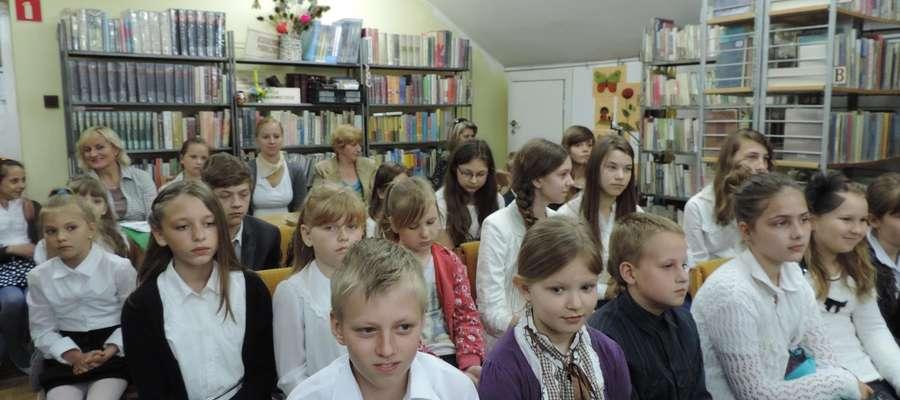 """Uczestnicy """"Spotkań z poezją"""" w bibliotece GOK"""