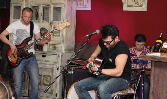 Trzech uzdolnionych muzycznie mężczyzn, czyli zespół Kasyno - full image