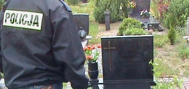 Policja zatrzymała 16-latka, który niszczył groby - full image